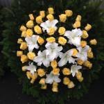 elegáns sárga-fehér kegyeleti koszorú