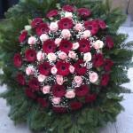 Vegyes virágból készült koszorú