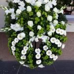 Álló koszorú fehér virágokkal