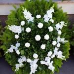 különleges formájú fehér koszorú