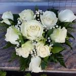 sírcsokor fehér rózsával