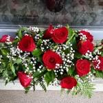 sírcsokor vörös rózsával